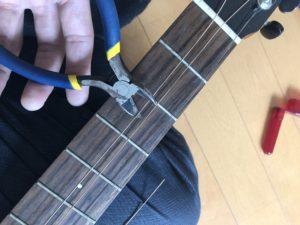 弦をニッパーで切るところ