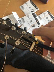 ニッパーで弦を切る