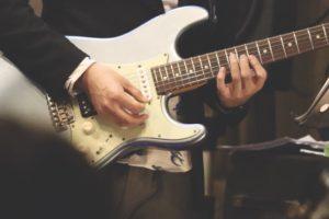ギターを弾く清原ヒロフミ
