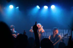 ライブハウスでライブをするバンドマン