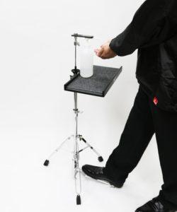 ペダル付き消毒液スタンドを踏む男性